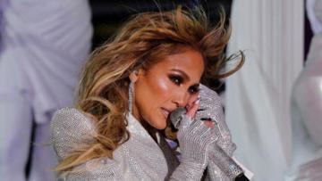 Jennifer Lopez boş meydanda konser verdi